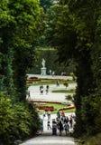 Wien Österrike, September, 15, 2019 -: Turister som går på trädgårdarna av den Schonbrunn slotten, ett tidigare imperialistiskt arkivfoto