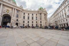 WIEN AUTRIA - OKTOBER 10, 2016: Michaelerplatz och Hofburg slott i Wien, Österrike Arkivfoton