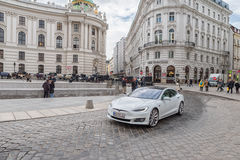 WIEN AUTRIA - OKTOBER 10, 2016: Michaelerplatz och Hofburg slott i Wien, Österrike Tesla bil Arkivbilder
