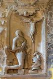 Wien - bön av riddaren för corssna. Lättnad från gravvalvet i den Michaelerkirche eller St Michael kyrkan royaltyfri bild