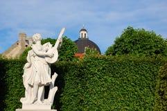 Wien, Belvedere-Palast. Statue in der Sonnenuntergangleuchte Stockfoto