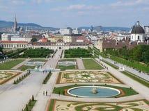 Wien cityscape som sett från den barocka trädgården av belvederen royaltyfri fotografi