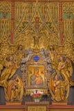 Wien - del av det nya gotiska träpolychrome sidoaltaret med den Madonna symbolen i gotiska kyrkliga Maria f.m. Gestade. Royaltyfri Bild