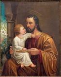 Wien - den St Joseph målarfärgen på sidoaltaret av Salesianerkirche av den okända konstnären av 19 cent Royaltyfria Bilder