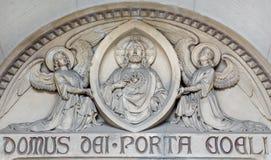 Wien - die Entlastung des Herzens von Jesus Christ auf dem Hauptportal von Herz Jesu Kirche von 19 cent Stockfotografie