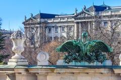 Wien - Eingangsportal von Burggarten mit Hofburg-Palast im Ba Lizenzfreie Stockbilder
