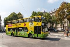 Wien flygtur på-Av stad turnerar bussen Arkivfoton