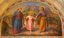 Wien - freskomålning av den heliga familjen av Josef Kastner från 1906 - 1911 i den Carmelites kyrkan i Dobling. arkivfoton
