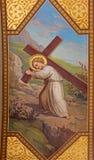 Wien - freskomålning av den symboliska platsen av lilla Jesus med korset av Josef Kastner 1906 - 1911 i den Carmelites kyrkan arkivbild