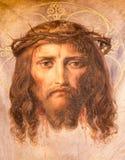 Wien - freskomålning av Jesus Christ med kronan av taggar från. cent 19. i den Altlerchenfelder kyrkan Arkivbild