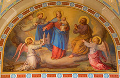 Wien - freskomålning av Madonna i himlen av Josef Kastner från 1906 - 1911 i den Carmelites kyrkan i Dobling. arkivfoton