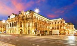 Wien hus för tillståndsopera på natten Arkivbild