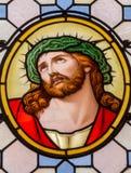 Wien - Jesus Christ med kronan av taggar från fönsterruta i den Carmelites kyrkan i Dobling royaltyfri bild