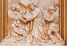 Wien - Jesus möte kvinnorna av Jerusalem Lättnad som en del av den arga vägcirkuleringen i den Sacre Coeur kyrkan Arkivbilder