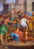 Wien - Jesus nedgång under kors. En del av den arga vägen från. cent 19. i gotiska kyrkliga Maria f.m. Gestade Royaltyfri Foto