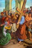 Wien - Jesus och Veronica på den arga vägen. En del av den arga vägen från. cent 19. i gotiska kyrkliga Maria f.m. Gestade Royaltyfri Foto