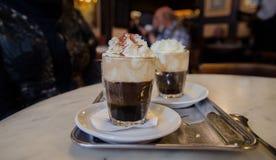Wien-Kaffee mit gepeitschter Milch und orange Likör lizenzfreie stockbilder