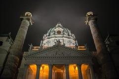 Wien Karlskirche por noche foto de archivo