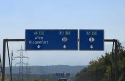 Wien, Oostenrijk - Augustus 28, 2016: Verkeersteken in de weg met I Royalty-vrije Stock Afbeeldingen