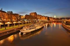 Wien på natten, danube kanal arkivfoton