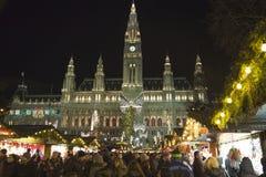Wien-Rathaus und Weihnachtsmarkt Stockfotografie