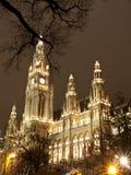 Wien-Rathaus am Weihnachten Stockfotos