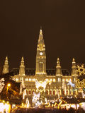 Wien-Rathaus zur Weihnachtszeit Stockbild