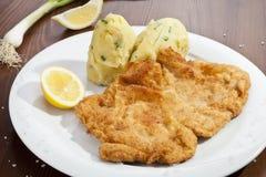Wien schnitzel med den mosade potatisar och löken Royaltyfria Foton
