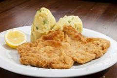 Wien-Schnitzel mit Kartoffelpürees und Babyzwiebel Stockbild