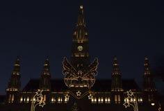 Wien stadshus i jultidnatt royaltyfri foto