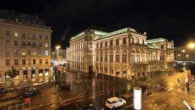 Wien statoperahus och Sacher hotell vid natt Arkivfoton