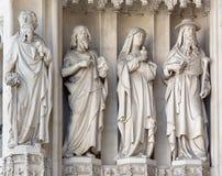 Wien - staty från västra portal av gotiska kyrkliga Maria f.m. Gestade Arkivbilder