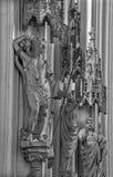 Wien - statySt. Sebastian och andra helgon från skepp av gotiska kyrkliga Maria f.m. Gestade Arkivfoto