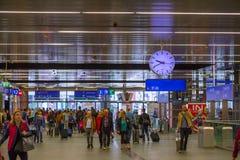 WIEN ?STERRIKE - MAJ 27: Passagerarna och passersbyna i inre av den huvudsakliga j?rnv?gsstationen av Wien Wien Hauptbahnhof arkivbild