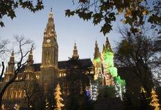 Wien - townhall durch Weihnachtsmarkt in der Nacht Stockbilder