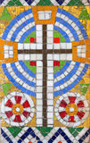 Wien - wenig Mosaik des Kreuzes vom Seitenaltar in Carmelites-Kirche in Dobling stockfotografie