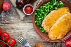 Wiener schnitzel z sera i sałaty zielonymi grochami sałatkowymi Zdjęcia Royalty Free