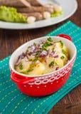 Wiener Würstchen mit Kartoffelsalat und in Essig eingelegten Zwiebeln auf einem Holztisch Lizenzfreies Stockfoto