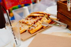 Wiener Waffeln gegossen mit Beerenbelag Lizenzfreie Stockfotos