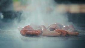 Wienerkorvar som steker på ugnen stock video
