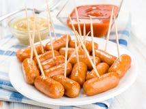 Wienerkorvar stekte den hemlagade maträtten med sås Royaltyfri Fotografi