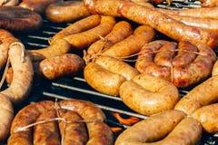 Wienerwurst en una parrilla de la barbacoa Imagen de archivo