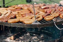 Wienerwurst på ett grillfestgaller Royaltyfria Foton