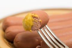 Wienerwursts z musztardą na rozwidleniu z kopii przestrzenią obraz royalty free