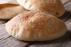 Świeżo piec pita chleb na drewnianym stołowym zbliżeniu Zdjęcia Royalty Free