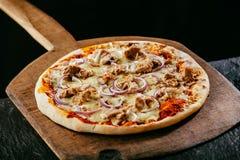 Świeżo piec smakowita tradycyjna Włoska pizza Obrazy Royalty Free