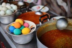 Wieprzowina curry i gotowani jajka w rocznik ulicznej karmowej restauracji zdjęcia stock