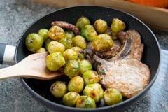 Wieprzowina i Brussels flance w kuchence zdjęcia stock