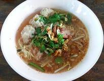 Wieprzowina kluski Tom yum, Tajlandzki jedzenie, Tajlandia Obraz Royalty Free