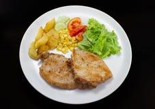 Wieprzowina kotlecików stek z sałatką i francuzem smażącymi Obraz Stock